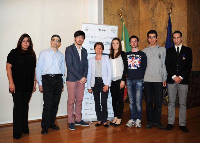I 4 relatori con la moderatrice Irene Pomero ed i ragazzi delle scuole superiori