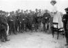 Una Dugdale si rivolge ad un piccola folla di uomini