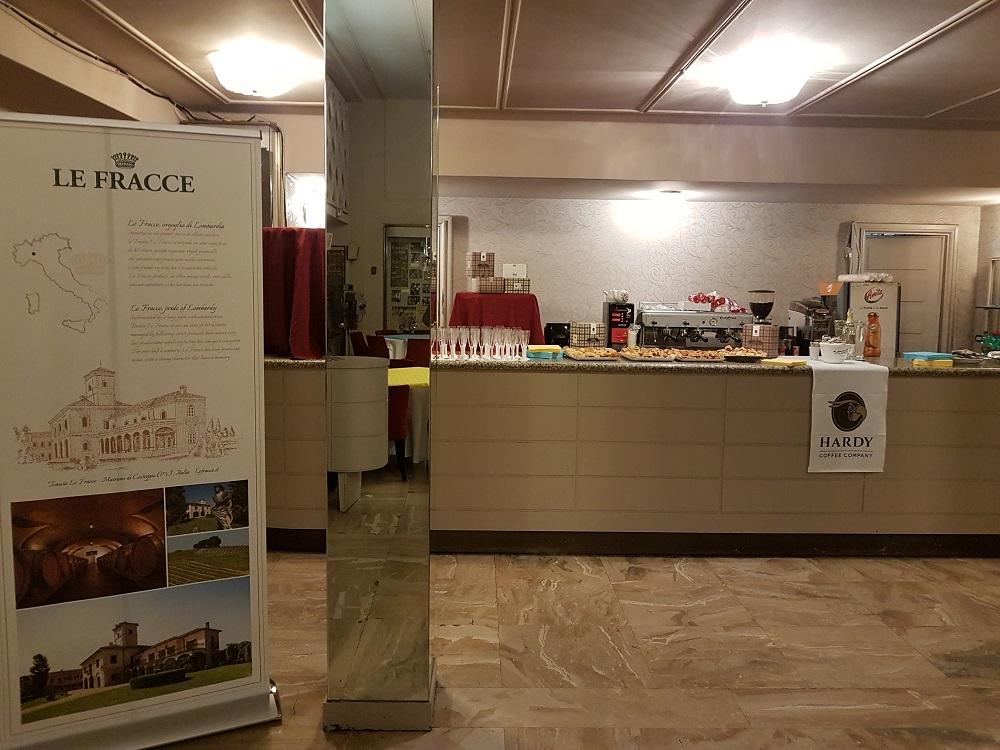 MILANO TEATRO NUOVO in SAN BABILA nel  Foyer con LE FRACCE - CAFFE HARDY - FORMAGGI ROVAGNATI