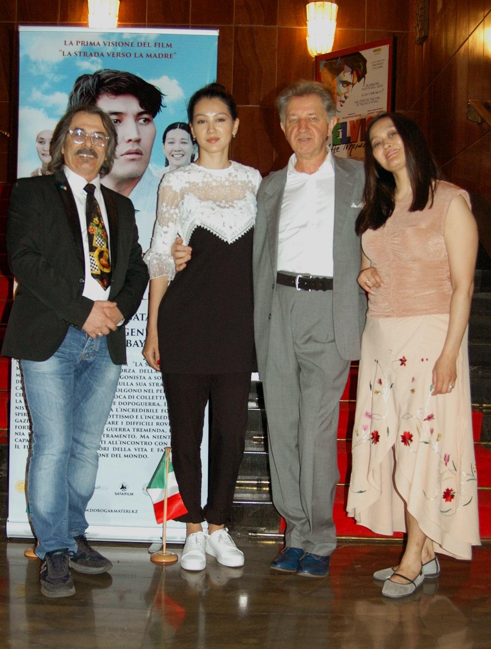 Milano  TEATRO NUOVO  le attrici del  Film LASTRADA VERSO LA MADRE
