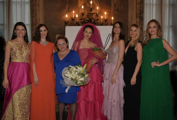 Angela al termine della sfilata P-E 17 circondata dalle sue mannequin