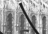 Continuita e Gesto per la liberta esposte in Piazzetta Reale a Milano nel 1974 fotografia di Enrico Cattaneo