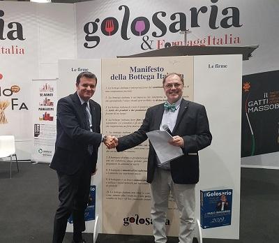 Il ministro Gian Marco Centinaio con Paolo Massobrio dopo la firma del Manifesto della Bottega Italiana