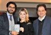 Emma Marrone riceve il Premio Pessina da Carmelo Lentino sx e Roberto Messina Dx segretario nazionale e responsabile Comunicazione AIG