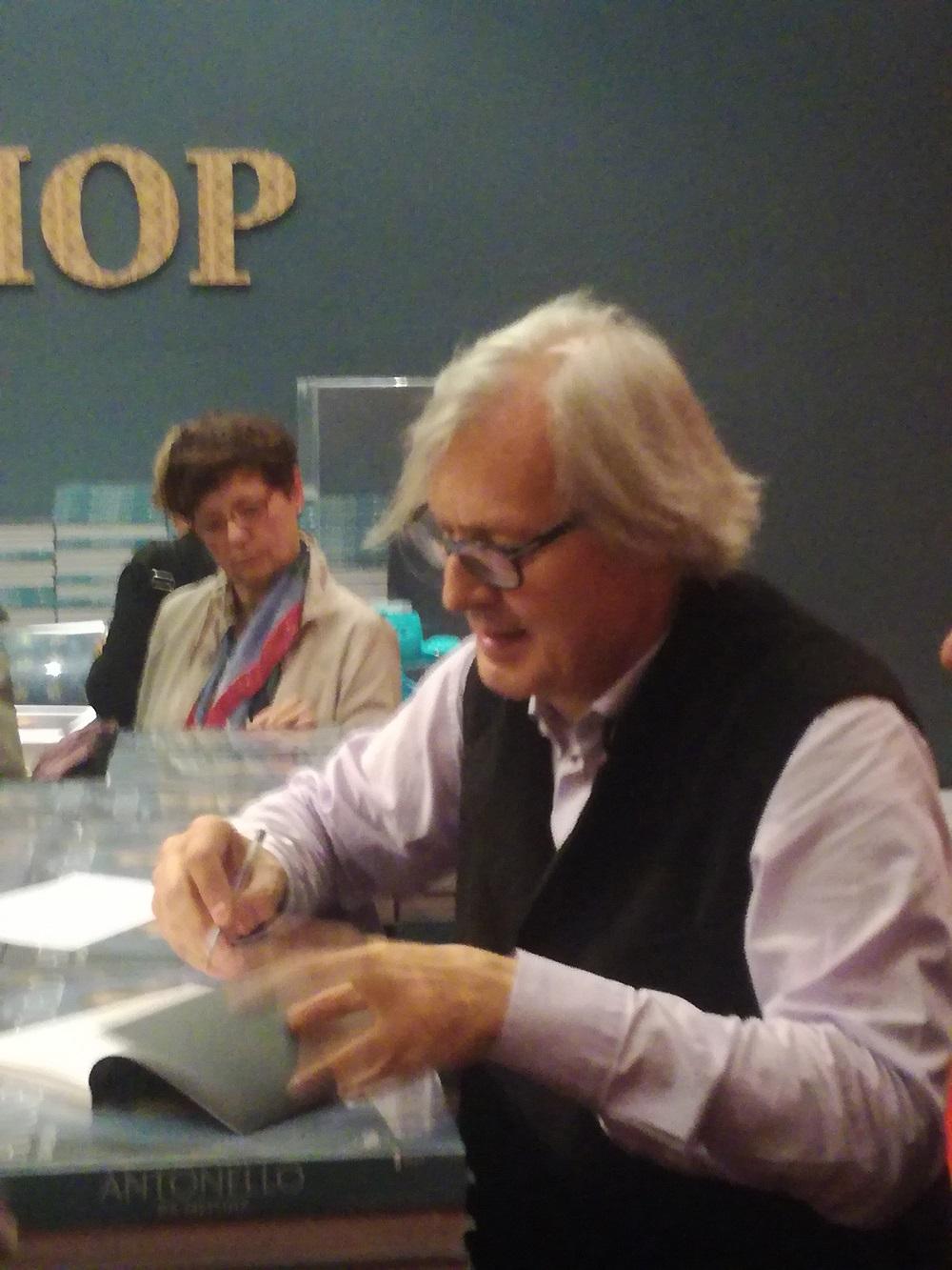 VITTORIO SGARBI  autografa il suo libro