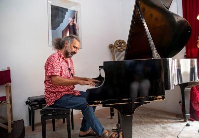 Stefano Bollani suona il pianoforte del Maestro Menotti Kim Mariani r