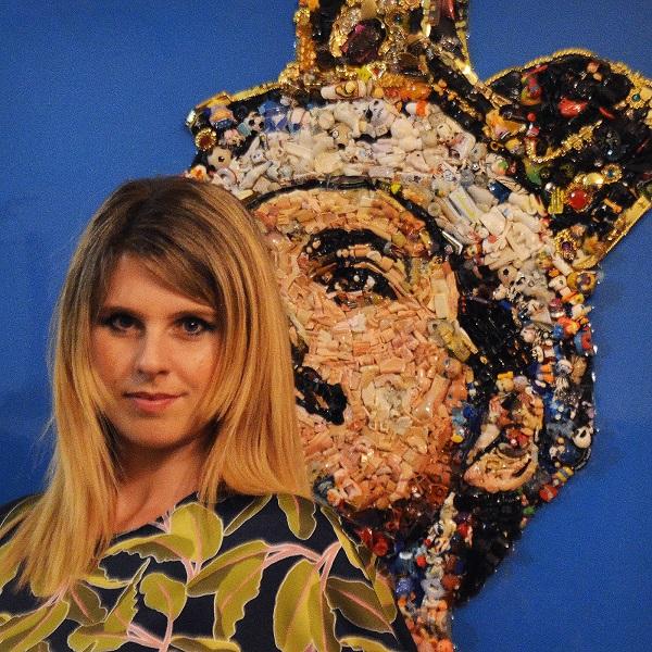 Lady Be con una sua opera in plastica riciclata sullo sfondo