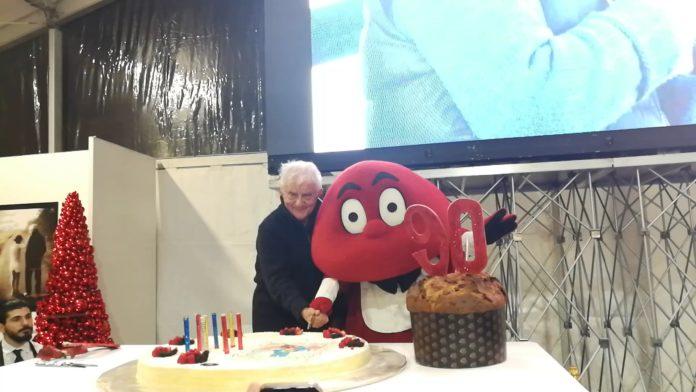 Taglio della torta dei 90 anni di Don Mazzi con Gabibbo