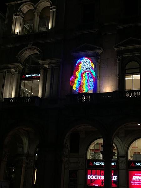 leo-marco-lodola-scultura-luminosa-megastore-mondadori-piazza-duomo-milano