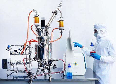 Bioreactor Solaris Genesis with researcher