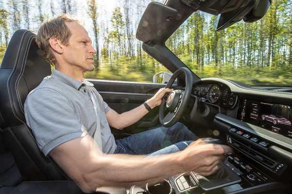 Porsche brand ambassador alla guida di una 911 Carrera S con cambio manuale a sette rapporti