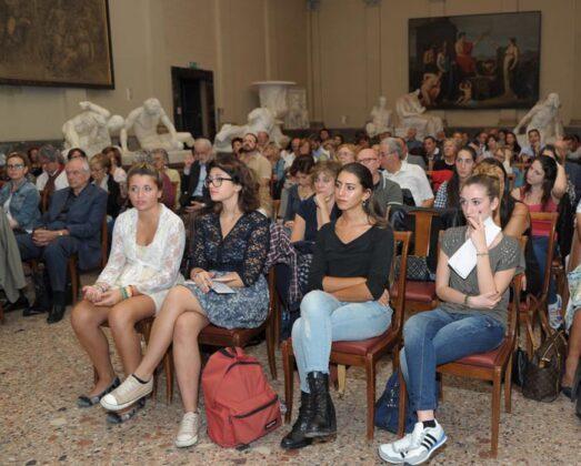 In Prima Fila Alcune Studentesse Del Liceo Gaetana Agnesi Di Milano (2)