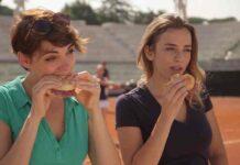 giovani donne sportive mangiano panino