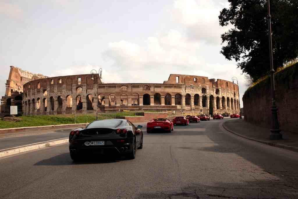 Sfilata Di Ferrari A Roma Davanti Al Colosseo