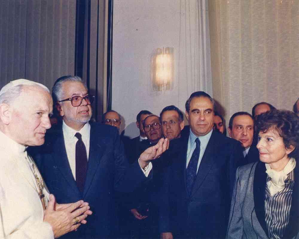 Eva Fischer con Giovanni Paolo II in occasione della storica visita presso il Tempio Maggiore di Roma