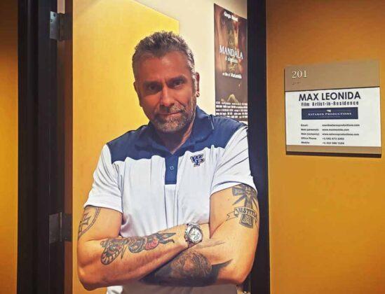Max Leonida di fronte alla porta dell'ufficio della Astarox Productions WPU 002