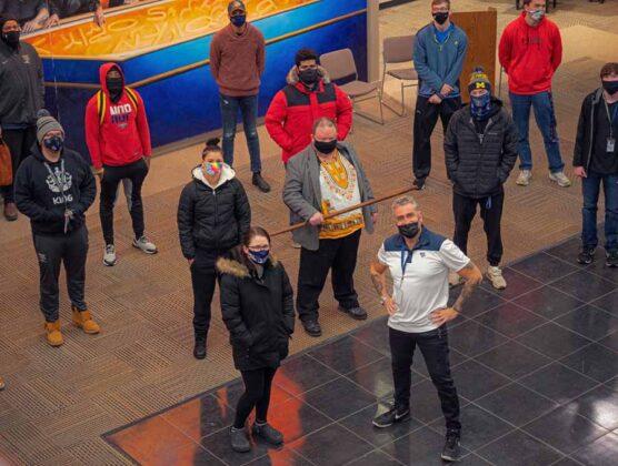 Max Leonida ed il professore Steve Jackson al centro, con il bastone in mano assieme ad alcuni studenti della William Penn University WPU 011