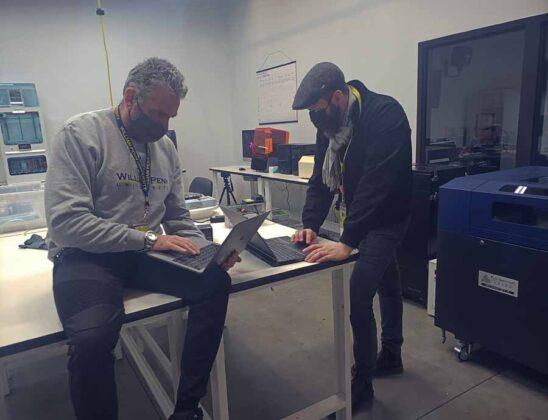 il professore Max Leonida ed il professore Markus Haala mentre lavorano in uno dei centri di produzione della William Penn University