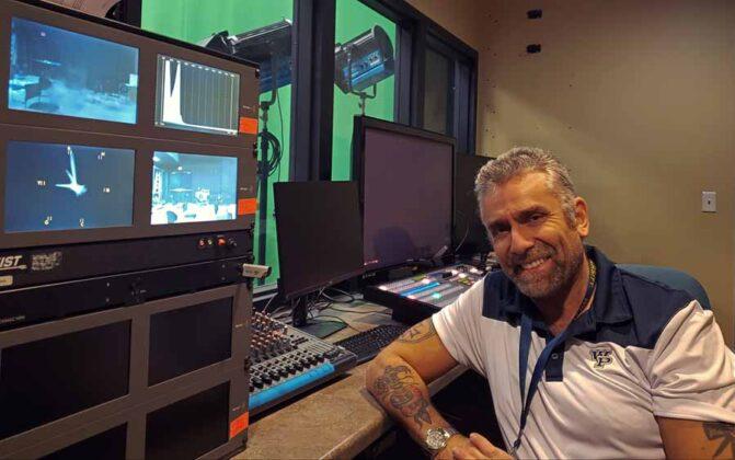 il regista Max Leonida in una delle cabine di regia live della Astarox Productions