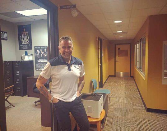 il regista Max Leonida nei corridoi degli uffici della Astarox Productions