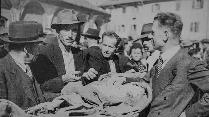 Giuseppe Miroglio acquista i bozzoli sul mercato di piazza San Giovanni, 1946