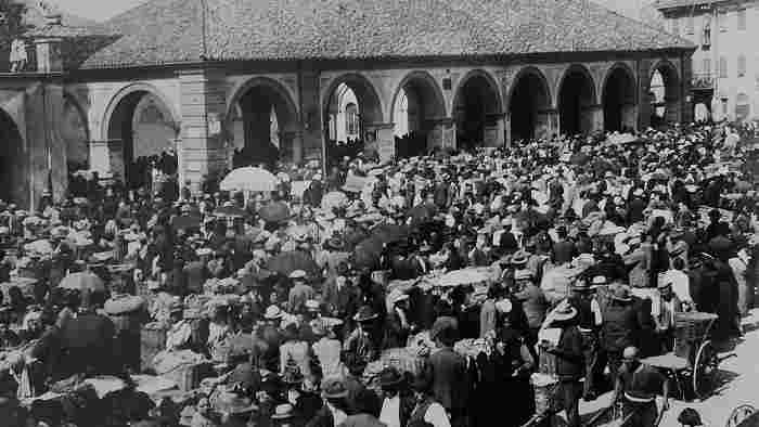 Piazza Pertinace Il mercato dei cochèt, 1930 (Archivio Buccolo)