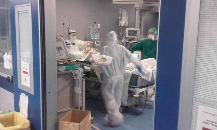 Terapia intensiva pazienti covid con parenti e personale sanitario